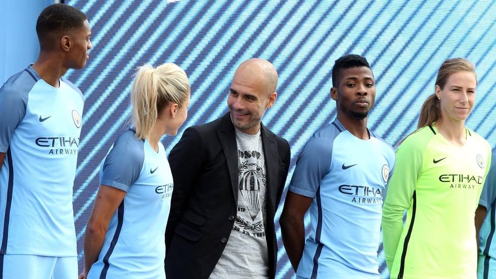 PERJALANAN DIMULAI : Guardiola dalam percakapan dengan kapten City Women Steph Houghton di acara pengenalan pada 3 Juli 2016.