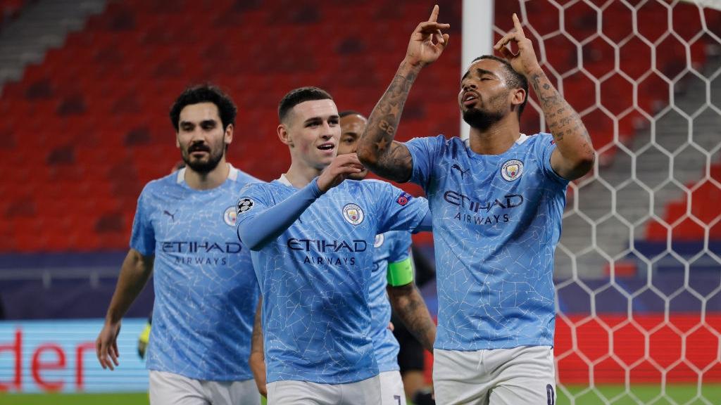 SENYUM LEBAR: Gabriel Jesus merayakan gol kedua City