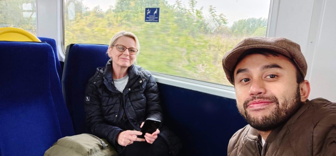FOTO BERSAMA: Rian saat melakukan perjalanan di Manchester bersama Julia