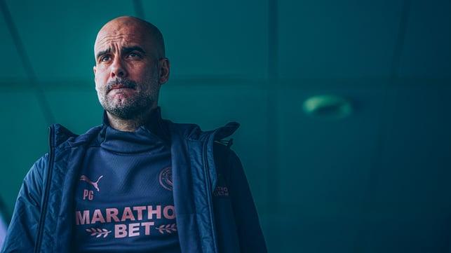 KONSENTRASI UNTUK VILLA: Pep Guardiola bersiap menuju laga lawan Villa