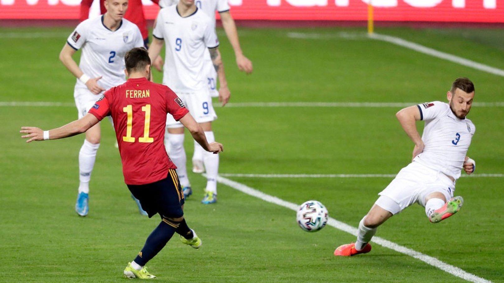 Gol de Ferrán Torres leva a Espanha ao topo do Grupo B