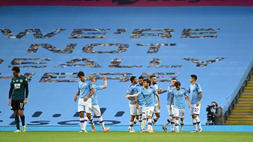 KITA BERTEMU LAGI : Para pemain berkumpul merayakan gol dari David Silva