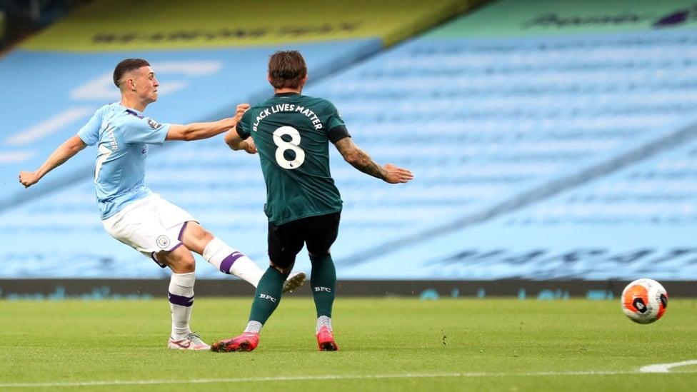 GOL CEPAT : Foden menendang bola ke sueur bawah gawang saat pertandingan baru berjalan 23 menit