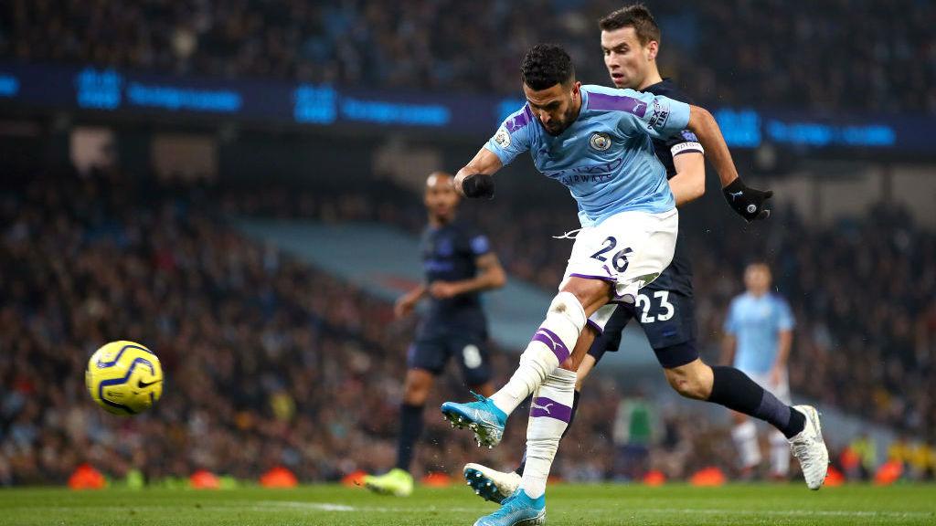 MAJU : Mahrez melepaskan tendangan keras saat City mengejar gol pembuka_