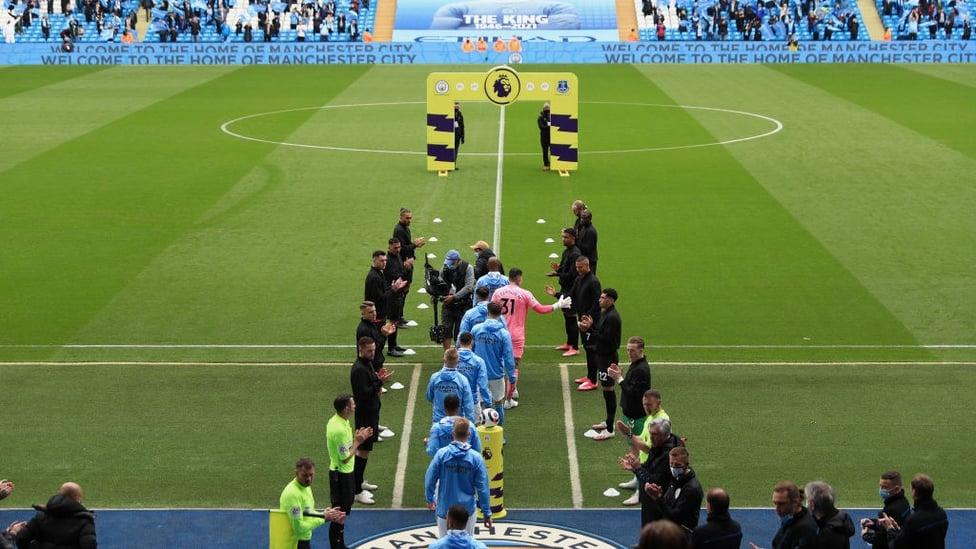 GUARDA DE HONRA : O campeão é celebrado pelos jogadores do Everton
