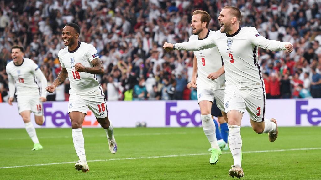 전반 이른 시점에 골을 터뜨리며 기뻐하는 루크 쇼와 잉글랜드 선수들