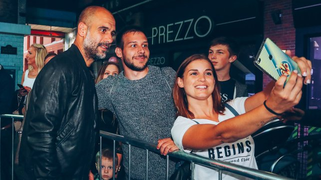 SNAPSHOT : Grabbing a blue carpet selfie with Pep Guardiola