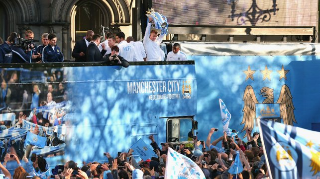 PARADE : Celebrating with the fans.