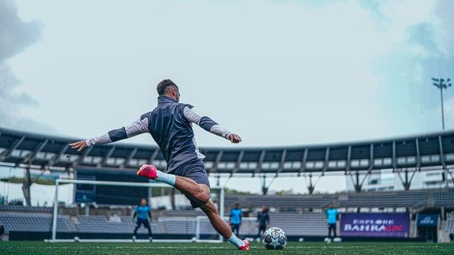 FER-ROCIOUS : Torres gets set to strike at goal.