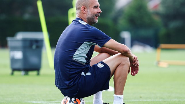 OBSERVANDO : Pep Guardiola atento ao treino