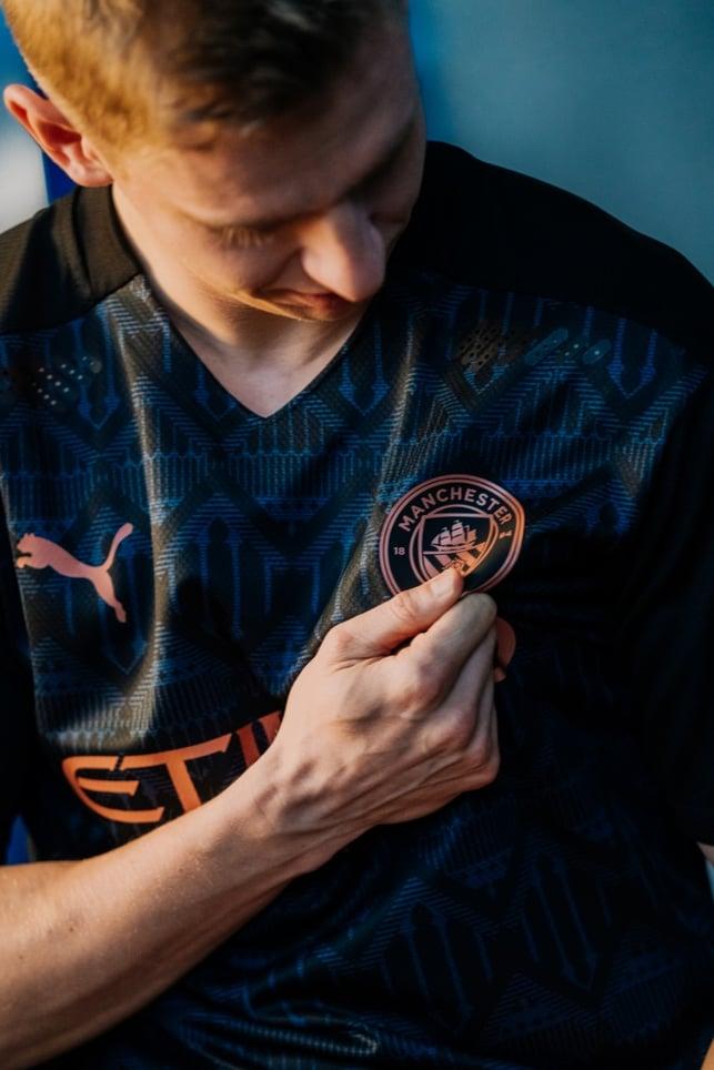 DETAIL : Oleksandr Zinchenko melihat lebih dekat logo klub