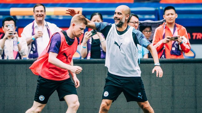 BACK SLAP : Pep was happy to see Kevin this morning!