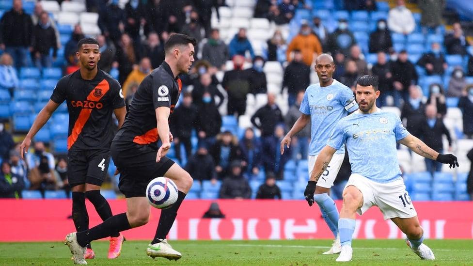 AGUEROOOO : O Etihad explode quando Aguero marca seu primeiro gol no jogo