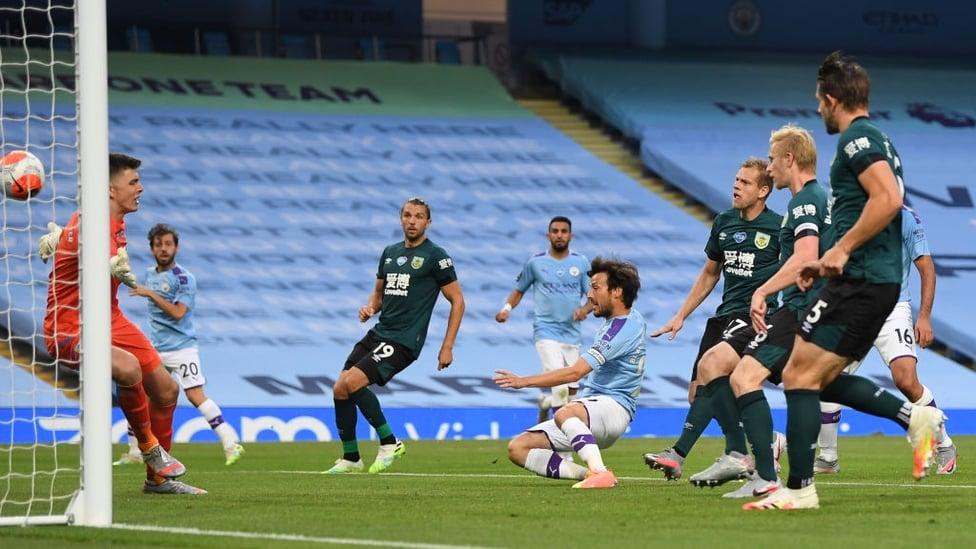 TERJANGAN SILVA : El Mago mencetak gol keempat memasuki babak kedua dengan kerjasama ciamik bersama Bernardo dan Foden