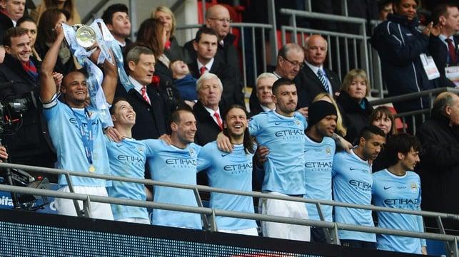 MARÇO DE 2014 : O City venceu o Sunderland por 3 a 1 na final da Copa da Liga, completando a lista de troféus nacionais seis anos após a aquisição.