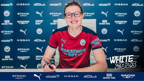 Ellen White firma un nuevo contrato con el City