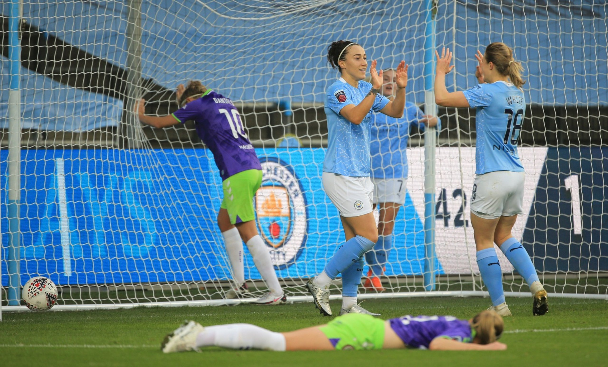 Record-breaking City run riot against Robins
