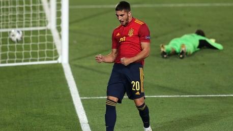 Torres mencetak gol Spanyol pertamanya saat Garcia melakukan debut
