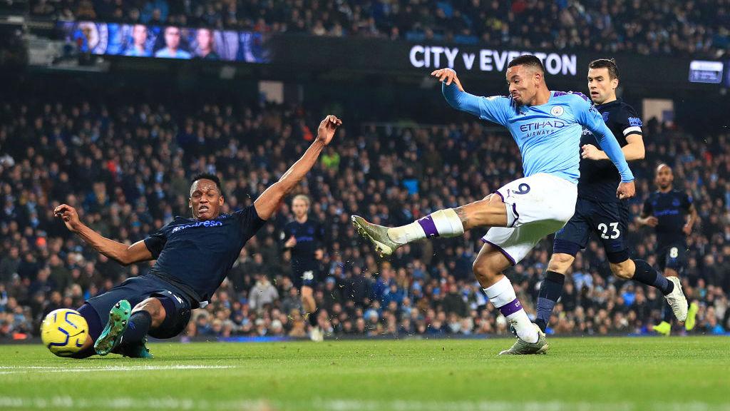 DUA GOL : Jesus menendang bola dengan akurat untuk gol keduanya malam itu.