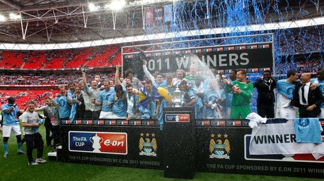 MAIO DE 2011 : O City venceu o Stoke por 1 a 0 na final da Copa da Inglaterra e conquistou o primeiro título em 35 anos.