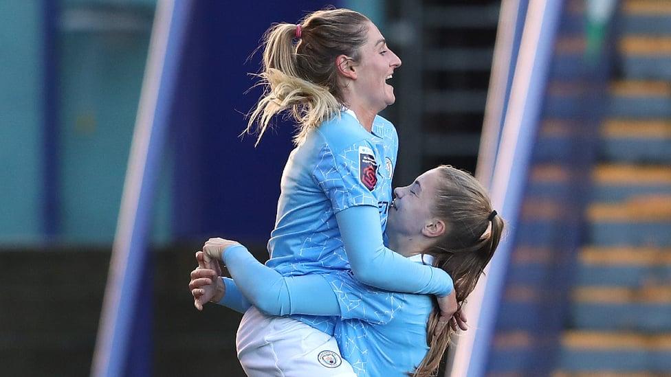 리버풀전에서 득점 후 기뻐하는 로라 쿰브스