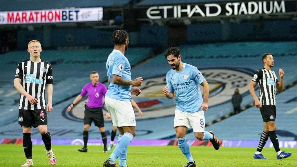 CELEBRACIÓN : Sterling, asistente, y Gündogan, goleador, celebran el primer tanto del partido.