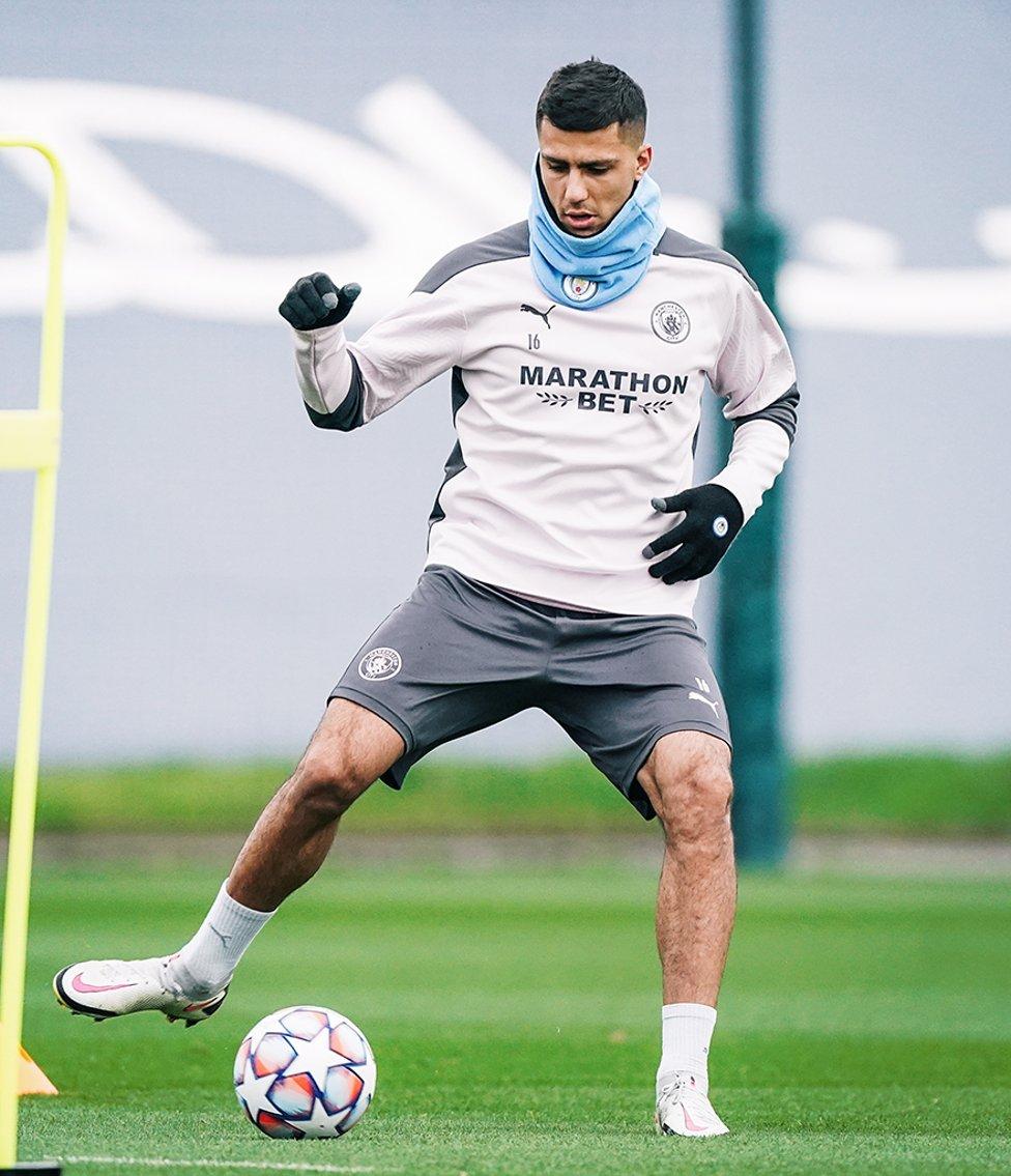 رودريجو يداعب الكرة