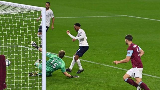 DUA : Raheem Sterling menceploskan bola untuk gol kedua City