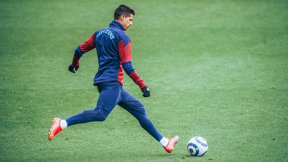 UMPAN CANCELO: Joao Cancelo siap umpan lambung