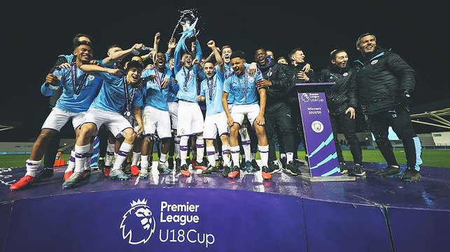 CHAMPIONS : : The famous trophy lift