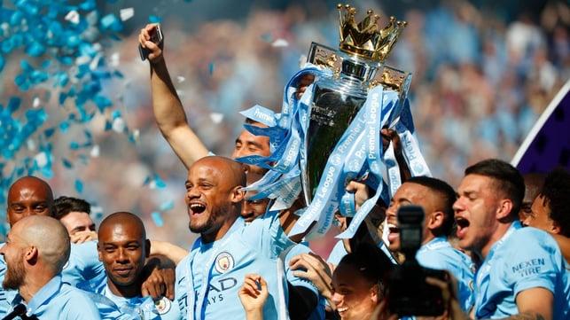 MAIO DE 2018 : Sob Pep Guardiola, o City conquistou o terceiro título da Premier League com um recorde de 100 pontos.