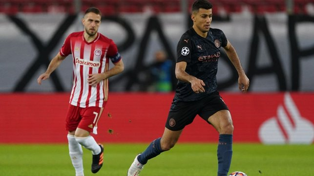 RODRI-GONE : The Spaniard escapes with the ball in midfield.