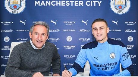 Harwood-Bellis assina novo contrato com o City