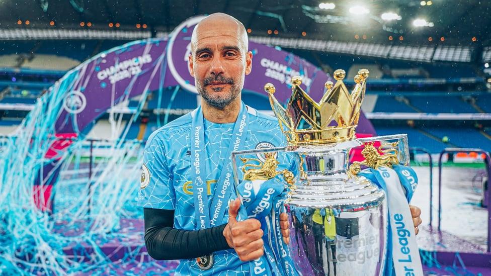 TIGAAA : Mahkota gelar Liga Pimer ketiga diangkat di Stadion Etihad menyusul kemenangan 5-0 atas Everton.