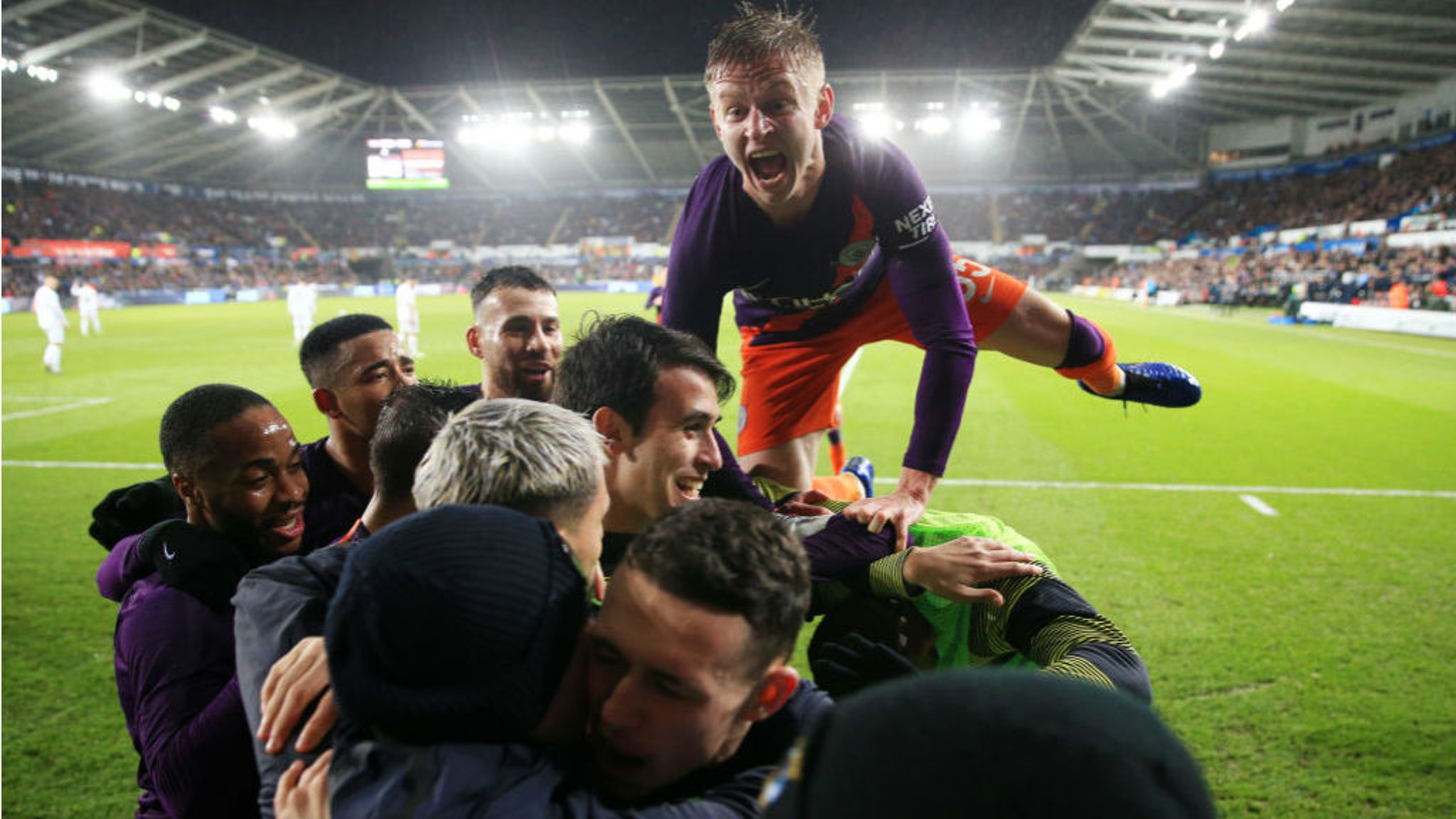 City's stunning late show keeps FA Cup dream alive