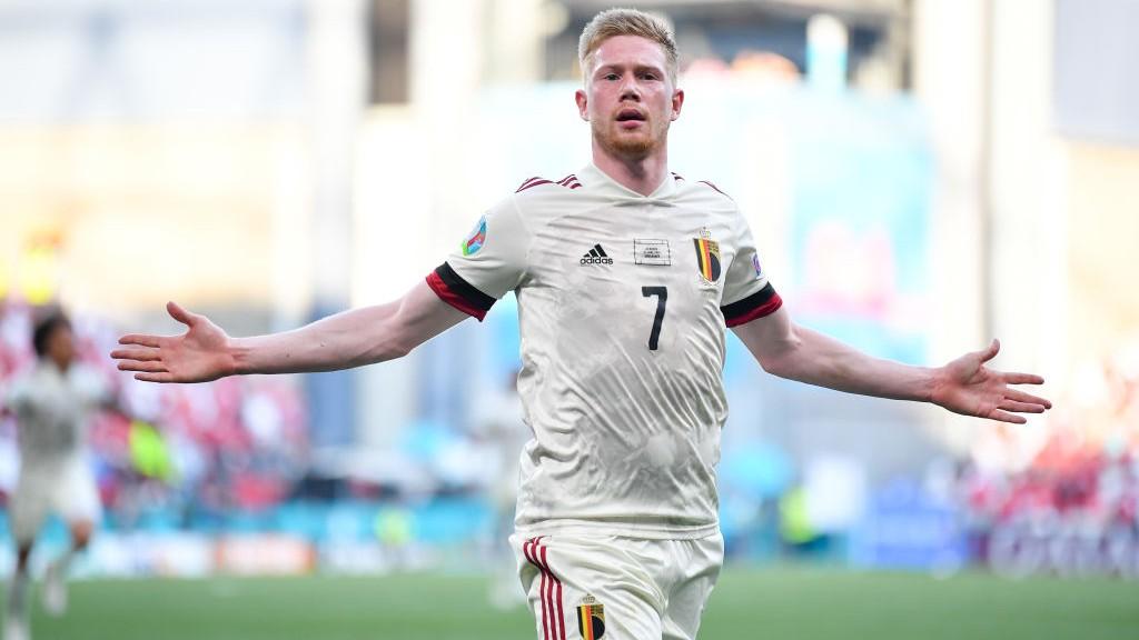 De Bruyne entra, muda o jogo e dá vitória a Bélgica sobre Dinamarca