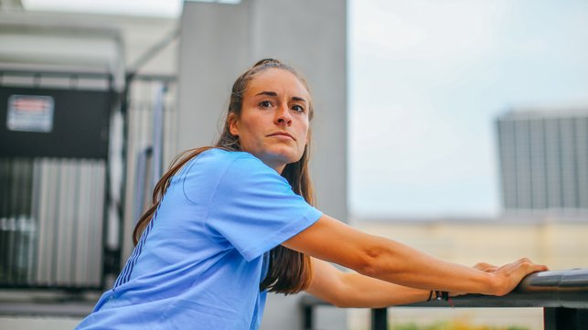 SIGHT-SEEING : Tessa Wullaert checks out her surroundings during stretches