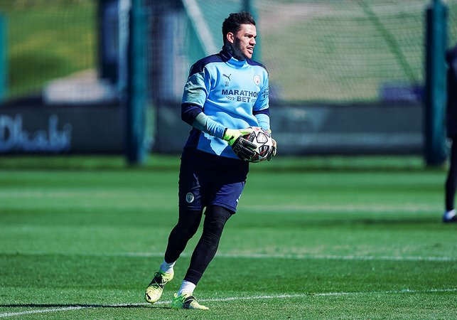 BRAZILIAN MAGIC : Safe hands as ever, from Ederson!